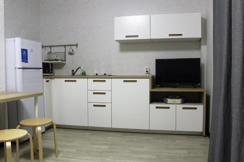 Кухня или мини-кухня в Apartment on Fokina 195