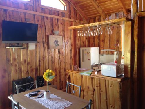 Una cocina o zona de cocina en Cabañas donde la Tita Pucon
