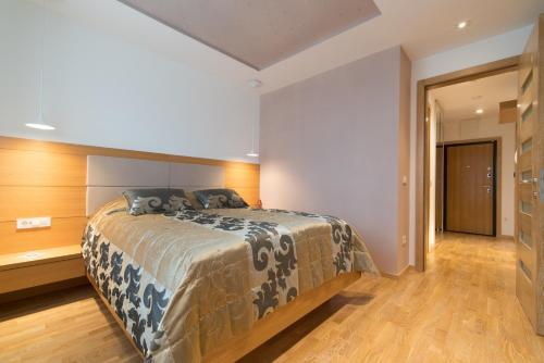 Un pat sau paturi într-o cameră la LikeHome Apartment Aida