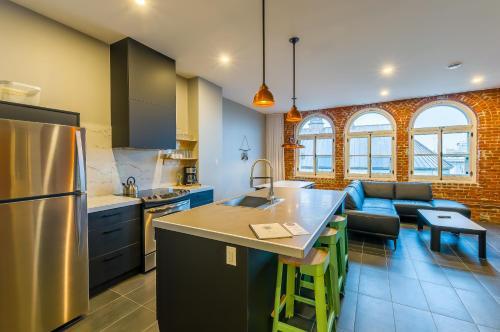 A kitchen or kitchenette at Les Lofts du Trésor by Les Lofts Vieux Québec