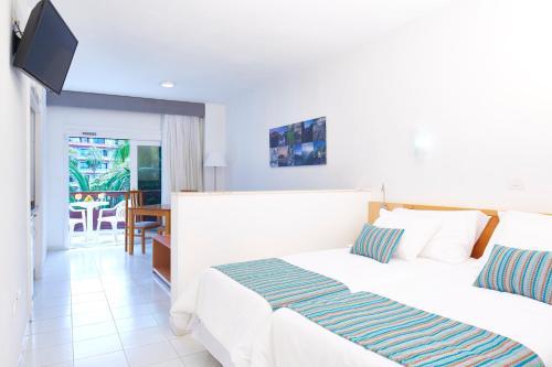 Een bed of bedden in een kamer bij Coral Teide Mar