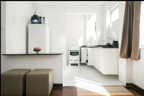 A kitchen or kitchenette at Lindo Apartamento