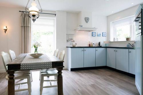 A kitchen or kitchenette at Achterhuis Hamingen