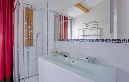 A bathroom at Résidence Le 7ème Art
