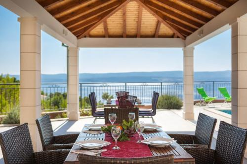 A restaurant or other place to eat at Beachfront Apartments Lara