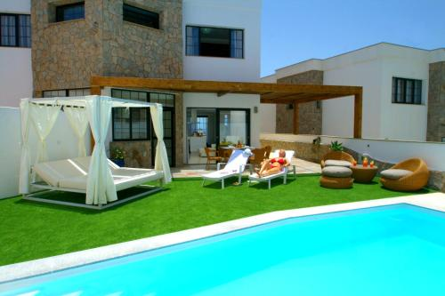 The swimming pool at or close to Villa Amadores n4