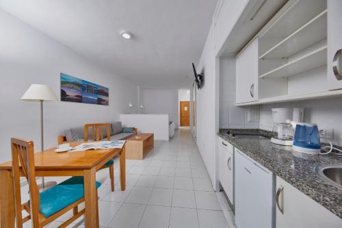 Een keuken of kitchenette bij Coral Teide Mar