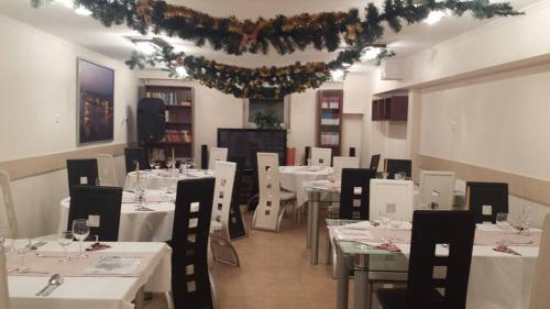 A restaurant or other place to eat at Silver Club Hotel