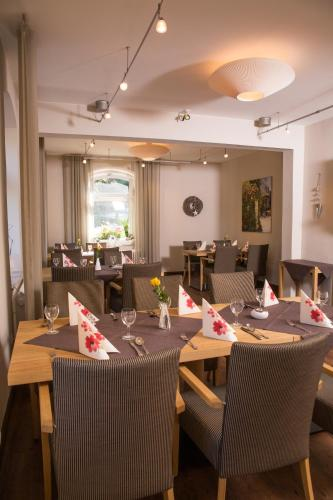 A restaurant or other place to eat at Hotel Zur-Borke