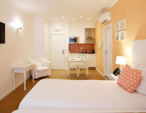 Säng eller sängar i ett rum på Rossio Apartments