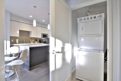 Urban Flat Apartments @ North San Joseにあるキッチンまたは簡易キッチン