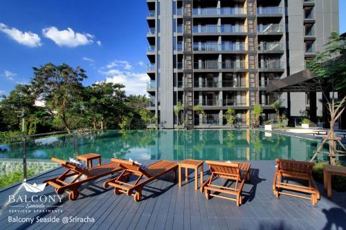 สระว่ายน้ำที่อยู่ใกล้ ๆ หรือใน Balcony Seaside Sriracha Hotel & Serviced Apartments