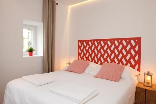 A bed or beds in a room at Alfama Yellow House