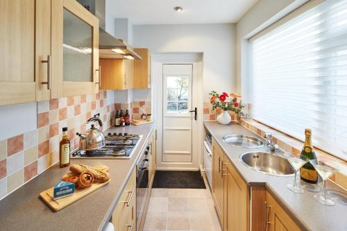 A kitchen or kitchenette at Bright Moments Holiday Home