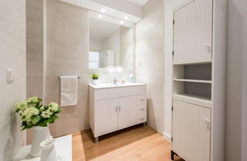 A bathroom at Mercado San Miguel & Pl Mayor Apartment