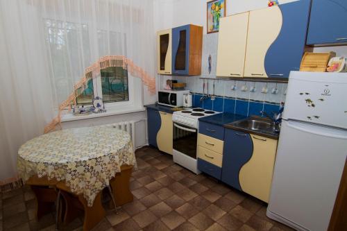 Кухня или мини-кухня в Baikalskaya Zhemchuzhinka Leningradskiy Prospekt 4