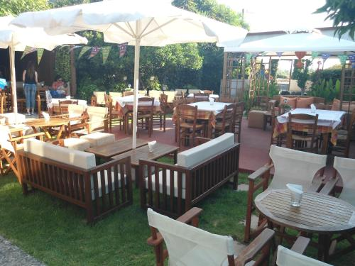 A restaurant or other place to eat at Evi Apartments And Studios