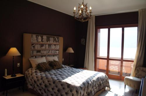 A bed or beds in a room at Swan Nest Lake Como