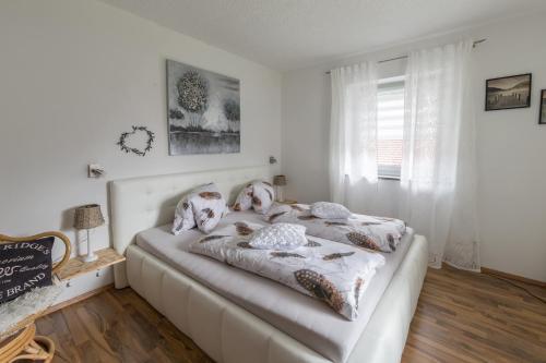 Ein Bett oder Betten in einem Zimmer der Unterkunft Ferienwohnung Prantner