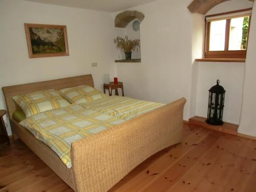A bed or beds in a room at Ferienwohnung mit Charme in Dresden Pillnitz
