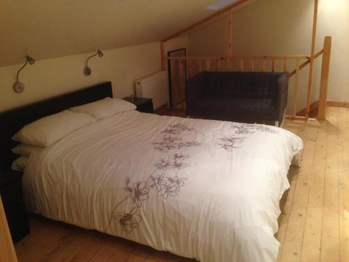A bed or beds in a room at Holly Cottage