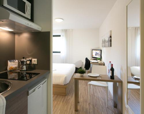Cuisine ou kitchenette dans l'établissement Ténéo Apparthotel Bordeaux Mérignac Aéroport