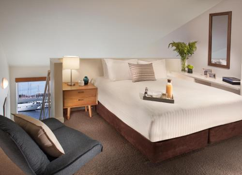 A bed or beds in a room at Somerset on the Pier Hobart
