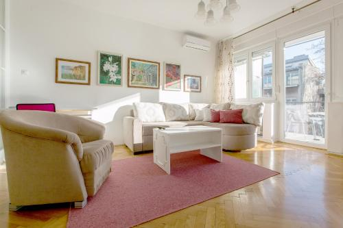 A seating area at Apartment Cvetje