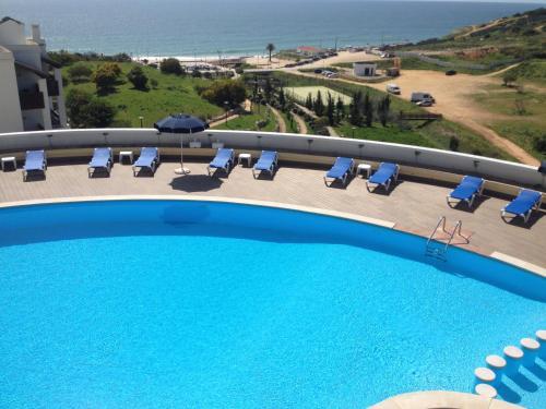 Ein Blick auf den Pool von der Unterkunft Apartamentos Magnolia Mar oder aus der Nähe