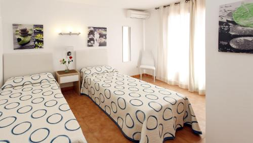 A bed or beds in a room at Apartamentos Sandic