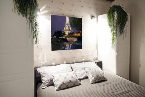 A bed or beds in a room at My Nest Inn Paris Panthéon
