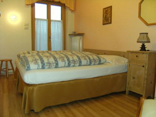 A bed or beds in a room at Ciasa Stoffie