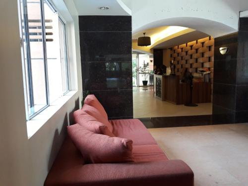 A seating area at Ging's Apartment near Airport