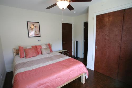 A bed or beds in a room at Blue Manoa Studios