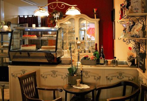 Ein Restaurant oder anderes Speiselokal in der Unterkunft Cafe 28 & Pension am Markt