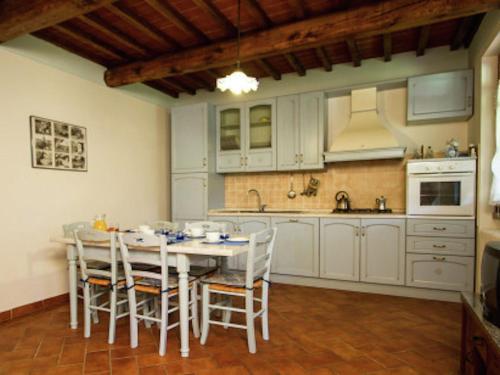Cucina o angolo cottura di Cozy Farmhouse in Castiglion Fiorentino with Pool