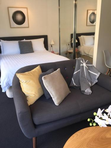 A bed or beds in a room at Executive Studio in Bondi Junction