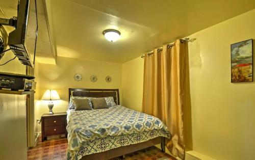 A bed or beds in a room at Two Bedroom Apartment - North East Bronx
