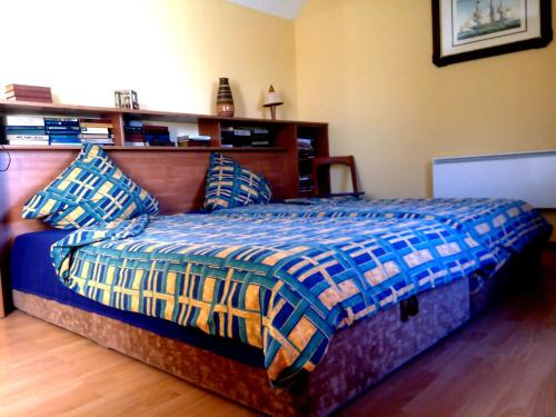A bed or beds in a room at Dom y morya na Tsentralnoi