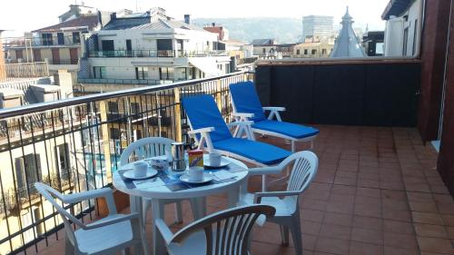 A restaurant or other place to eat at Larramendi Terrace Apartment