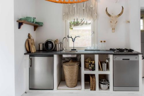 A kitchen or kitchenette at Judy's Boho Beach House