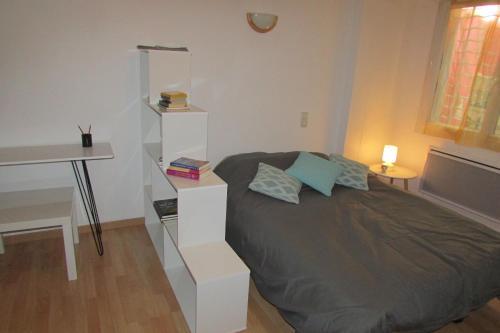 Un ou plusieurs lits dans un hébergement de l'établissement Studio Rue De La Cathédrale