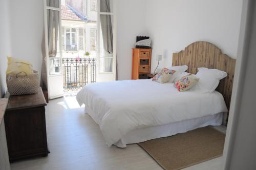 A bed or beds in a room at Appartement carre d'or