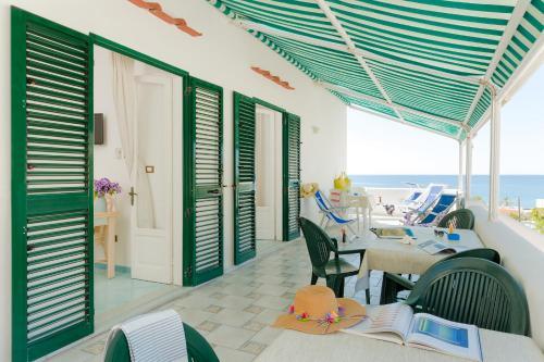 A restaurant or other place to eat at Appartamenti Baia di Citara