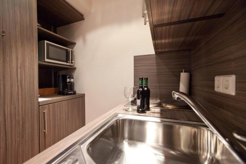 A kitchen or kitchenette at B&B Appartements
