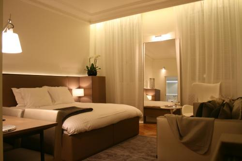 A bed or beds in a room at Cirque Deluxe Studio Apartment