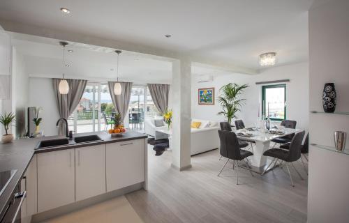 Kuchyň nebo kuchyňský kout v ubytování Modern Apartman Pjero