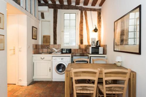 A kitchen or kitchenette at Île Saint-Louis apartment