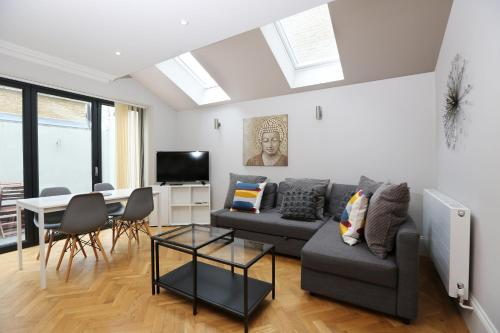 A seating area at 2 Bed Flat EARLS COURT-SK