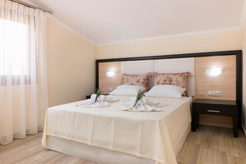A bed or beds in a room at Studios Gagos